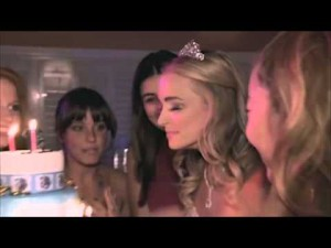 Une blonde se brûle les cils en soufflant ses bougies a son anniversaire – YouTube