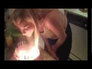 Blonde : Ses cheveux prennent feu en soufflant son gâteau d'anniversaire – YouTube