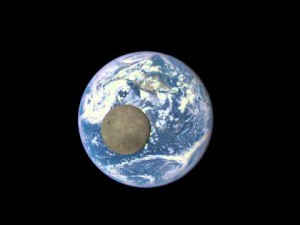 LA LUNE PASSE DEVANT LA TERRE NASA – YouTube