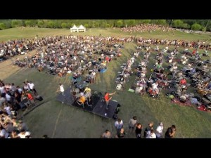 Learn to Fly des Foo Fighters joué par 1000 musiciens – YouTube