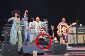 Lenny Kravitz craque son pantalon en plein concert.
