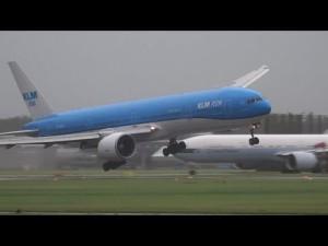 Atterrissage par grand vent d'un boeing 747- YouTube