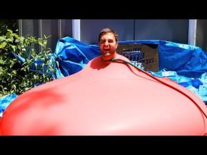 Un homme dans une bombe à eau géante – 6ft Man in 6ft Giant Water Balloon – 4K – The Slow Mo Guys – YouTube