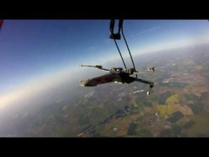 Ils envoient un X-wing dans l'espace avec un ballon d'hélium – YouTube