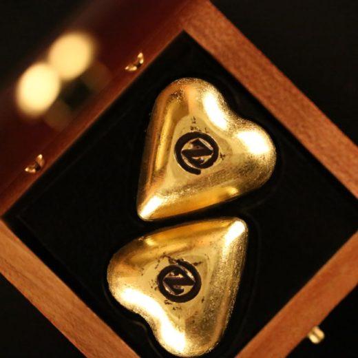 Boite de Chocolats de luxe pour la Saint Valentin. Pour la fête des amoureux jouez la carte de l'exceptionnel en lui offrant un cadeau hors du commun.  Parmi le must du chocolat français de luxe dans le monde